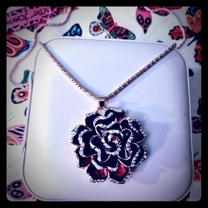 🌹 Lovely NWT Betsey Johnson Rose Necklace 🌹
